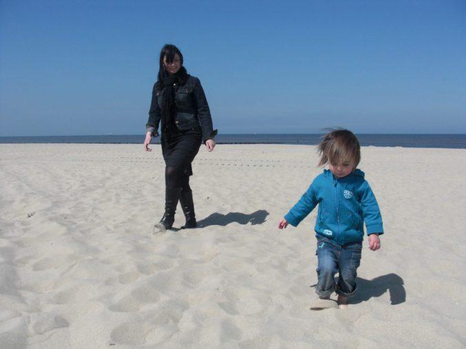 Wandeling op het strand met kinderen