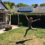 Springen van plezier bij vakantiehuis